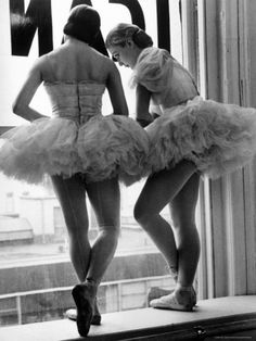 Two ballerinas gazing out of studio window in rehearsal room at George Balanchine's School of American Ballet, New York, 1936 by Alfred Eisenstaedt George Balanchine, Vintage Ballet, Vintage Dance, Ballerinas, Ballet Dancers, Ballet Nyc, Ballet Room, Ballet Studio, Ballet Tutu