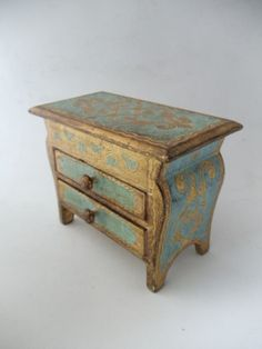 cause ya just can't get enough of these Florentine lovelies...   sm. Vintage Italian Florentine Gold Gilt Blue Toile Wood Jewelry chest
