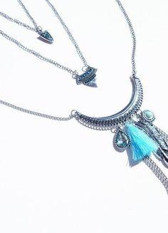 Collier triple brin chaine argenté argent pendentifs bohèmes strass pompon bleu plume goutte larme