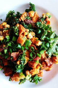 Sałatka pieczona ciecierzyca, bataty, hummus i jarmuż Diet Recipes, Recipies, Kung Pao Chicken, Vegetable Pizza, Salads, Curry, Food Porn, Food And Drink, Vegan