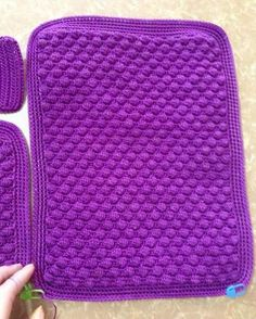Very elegant and beautiful, this crochet bag. See how to make an elegant crochet bag. It's a wonderful crochet job. Surprise someone with this spectacular crochet bag. Tutorial to make this … Read more. Crochet Motifs, Crochet Shawl, Knit Crochet, Crochet Patterns, Diy Projects To Try, Crochet Projects, Mochila Crochet, Bag Pattern Free, Crochet Clutch