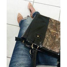 bolsa de verniz Deoli Atelier O verniz voltou com tudo! Em sapatos, bolsas, tênis! É um material que dá uma cara mais sofisticada até para looks mais simples. Bolsa de verniz por apenas R$ 79,99 disponível em nossa loja virtual. ✔WWW.DEOLIATELIER.COM.BR ✔WHASTAPP (21)991169407 . #bolsasdeoliatelier #deoliatelier #designdemoda #lojadebolsas #dicasdemoda #bolsadodia #lookdodia #bolsas #bolsadeverniz