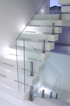 Modern Staircase Design Ideas - Browse pictures of modern stairs and also find design as well as format ideas to inspire your own modern staircase remodel, including one-of-a-kind barriers and also storage space . Modern Stair Railing, Stair Railing Design, Stair Handrail, Staircase Railings, Glass Railing, Modern Stairs, Staircase Ideas, Railing Ideas, Staircases