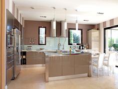 Une cuisine ouverte beige : 35 cuisines ouvertes, pratiques et esthétiques - Journal des Femmes