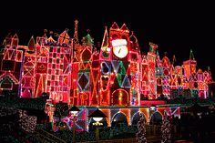 ESTADOS UNIDOS (Mc., 11 DIC 2013)       LOS ANGELES, DISNEYLAND - Christmas Lights Displays. It's A Small World: Disneyland, LA. Photo by HarshLight. (525×350)
