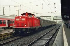 2002.11.07.  212-372  mit n-Wagen wartet in Gießen Hbf auf die Abfahrt über Wetzlar nach Limburg