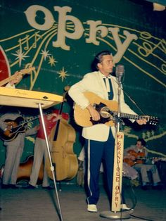 In 1957 and later in 1963 Cash hit the stage of 'The Grand Ole Opry'. In 1957 he sang 'There You Go' and 'Train Of Love'. Here's an awesome color shot of Cash @ the Opry. Country Music Artists, Country Music Stars, Country Singers, Johnny Cash June Carter, Johnny And June, 1950 Music, Vintage Music, Rockabilly Boys, Rockabilly Fashion