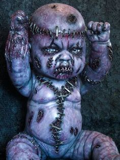Creepy and broken dolls Creepy Kids, Scary Dolls, Creepy Clown, Zombie Dolls, Creepy Horror, Vampires, Creepy Images, Scary Photos, Stitch Doll