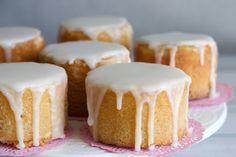 LEMON DRIZZLE/LLOVIZNA DE LIMON Lemon Drizzle, Mini Pies, Cakes And More, Vanilla Cake, Muffins, Cheesecake, Food And Drink, Favorite Recipes, Snacks