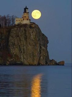 Lighthouse by the full moon.over Split Rock Lighthouse State Park, Minnesota, on the North Shore of Lake Superior Beautiful Moon, Beautiful Places, Beautiful Pictures, Split Rock Lighthouse, Garden Lighthouse, Lighthouse Pictures, Shoot The Moon, Beacon Of Light, Lake Superior