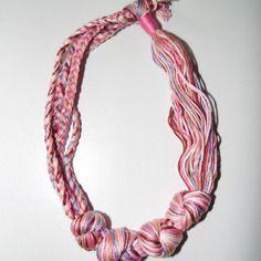 Joli collier en fils de coton tons rose