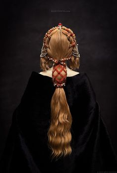 Love the style / the image itself. == Primavera - a porcelain ball-jointed doll, This hairdress reflects the spirit of the Early Renaissance era. Inspired by one of Botticelli paintings as well. Renaissance Hairstyles, Historical Hairstyles, Headdress, Headpiece, Hair Inspo, Hair Inspiration, Hair Reference, How To Draw Hair, Hair Art