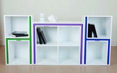 Mesas y sillas escondidas en una estantería para ahorrar espacio