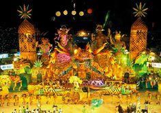 """Festival Folclórico de Parintins ou BOI BUMBA São três noites, no fim de junho, a Amazónia transfigura-se num grande palco onde duas agremiações rivais desfilam temáticas amazonenses, num show tão espetacular e competitivo. Os foliões do Boi Garantido(cor vermelha) e do Boi Caprichoso(cor azul) - fazem do enorme «Bumbódromo» palco de """"guerra"""" popular tendo por armas a música e encenações em torno dos rituais e costumes indígenas, das lendas locais e da vida e cultura dos povos da floresta."""