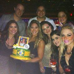 Mayra Cardi comemora aniversário com amigos em Las Vegas . Ia comentar sobre o bolo de papelão levado do brasil na mala de mão, mas a menina prestando homenagem ao Andy Warhol não deixa. Arte para todos.