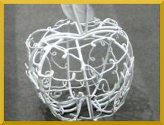telden mamul beyaz elma şeklinde çerezlik lokum veya kuruyemiş koymak için ideal kınalık