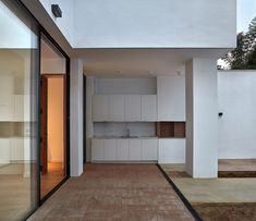 Image 10 of 23 from gallery of House Rehabilitation in Valencia / DG Arquitecto Valencia. Photograph by Mariela Apollonio Valencia, Minimal Home, Zaha Hadid Architects, Modern Rustic, Building Design, Old Houses, Modern Architecture, Townhouse, Restoration