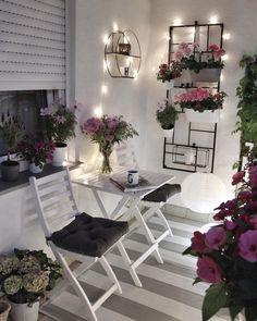 New apartment patio decor ideas outdoor 65 ideas Apartment Balcony Garden, Apartment Balcony Decorating, Apartment Balconies, Cozy Apartment, Porch Decorating, Decorating Ideas, Decor Ideas, Simple Apartment Decor, Apartment Ideas