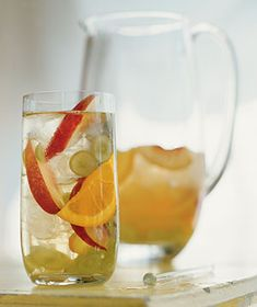 I have a great recipe for red sangria! This one adds to my fave drink list - easy WHITE SANGRIA! Sangria Party, Party Drinks, Cocktail Drinks, Fun Drinks, Alcoholic Drinks, Drinks Alcohol, Refreshing Drinks, Sangria Punch, Red Sangria
