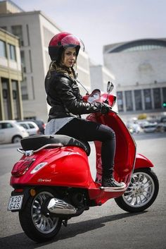 3V 150 - Sprint or GTS | Scooter News and Reviews | Scootersales Scooter Girl, Vespa Girl, Vespa Sprint, Motos Vespa, Vespa Scooters, Red Vespa, Fiat 500, The Most Beautiful Girl, Jeep