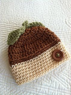 Free pattern for crocheted Baby Acorn hat