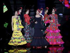 SIMOF 2018: el desfile de Atelier Rima, en fotos. La colección «Rapsodia» de la diseñadora lituana se inspira en el folclore de varias culturas Snow White, Dresses With Sleeves, Disney Princess, Disney Characters, Long Sleeve, Fashion, Folklore, Flamenco Dresses, Round Dining