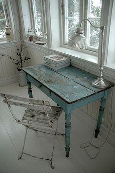 scrittoio-legno-decapato Ho un tavolino perfetto per questo.