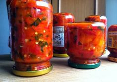 Potrebno je: 3 kg crvene paprike 5-6 šargarepe 7 dl kuvanog paradajza 2-3 glavice belog luka 150g šećera 3 kašičice soli 1 kašika ...
