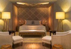 Do escritório MAAI Arquitetura, o quarto de casal é ambientado com peças sacras estilizadas. As cores sóbrias e claras dão harmonia e sofisticação ao quarto, que mede 16 m²