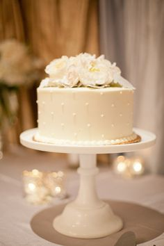 Love Wedding Cakes Single cake with amazing cake stand and a lot of flowers on the table. Pretty Cakes, Beautiful Cakes, Amazing Cakes, Small Wedding Cakes, Wedding Cakes One Tier, Wedding Cake Pearls, White Wedding Cakes, Wedding Rings, Cake Wedding