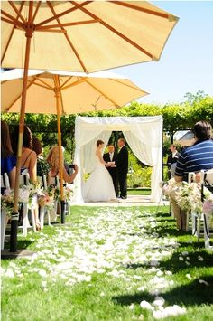 Umbrellas & tent add personality to the wedding. Good idea, looks nice and pretty original.