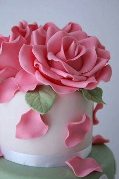 Pink gum-paste roses atop a cake .Love the falling petals ideaCake topper of large roses originally posted by cakes-sweetsCake Design and Decoration Ideas Rose En Fondant, Fondant Flowers, Sugar Flowers, Cake Flowers, Flower Cakes, Cake Tutorial, Flower Tutorial, Cute Cakes, Pretty Cakes