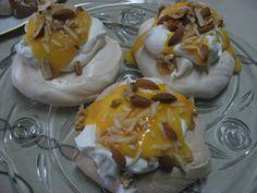 Mini-pavlovas com ovos moles e amêndoa/ lemon curd