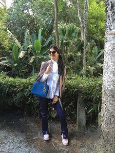 Look do dia com calça de couro fake na cor roxa, camisa com laço na gola branca, bolsa azul da Louis Vuitton, que eu amo, sapato rosa bebê da Melissa, e óculo preto com detalhes em oncinha da Prada. Eu amei!!! E vocês, curtiram? Deixem o like pra mim! ;)