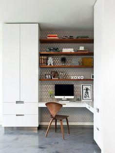 home office com parede estampada