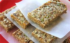 You can make these delicious nut-free muesli bars for your kids to take to school! They are packed full of healthy ingredients and will save you money. They're also egg-free! Lunch Box Recipes, Snack Recipes, Lunchbox Ideas, Muesli Bars, Recipe Finder, Nut Free, Dairy Free, Homemade Muesli, Tray Bakes