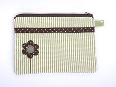 Neceser Zipper Pouch, Quilt Patterns, Diy Crafts, Quilts, Handbags, Wallet, Sewing, Green, Coin Purses
