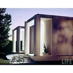 A T H E N S | Designed for former high school classmates, Rudolph called the Wallace Residence in Athens, Alabama the only of his projects to incorporate Postmodernism. Inspired by the Greek Revival plantation homes he saw as a child and later studied at Alabama Polytechnic Institute (Auburn University), it was featured in a 1965 issue of LIFE magazine. 📷 Ezra Stoller