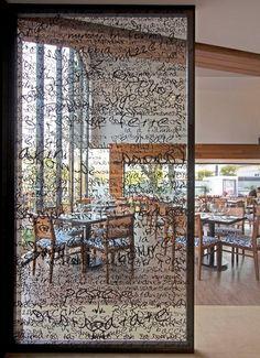 Divisória de ambiente em vidro com adesivo colado. Pode ser um vidro serigrafado para escrever também!