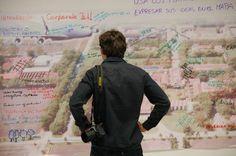 """El martes, 4 de Julio, el CIAT celebró su primer día de la eco-eficiencia. Los eventos que ha organizado el CIAT en 2012 para celebrar su 45º aniversario se relacionan de diferentes maneras con la visión de una agricultura más eco-eficiente, lo cual es básico para la misión del Centro. En un mapa gigante del campus del CIAT los participantes plasmaron su ideas para volver nuestras instalaciones """"verdes"""". El fotógrafo estrella del CIAT, Neil Palmer, admira la obra!"""