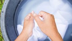 Remove Armpit Stains, Arm Pit Stains, Washing Clothes By Hand, Hand Washing, How To Whiten Clothes, Homemade Bubbles, Handwashing Clothes, White Outfits, Whitening