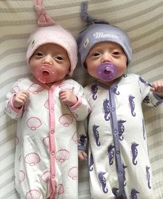 Baby Discover On the Go One-Piece Cute Baby Twins, Twin Baby Girls, Cute Baby Dolls, Cute Little Baby, Baby Kind, Twin Babies, Twin Outfits For Babies, Boy Girl Twins, Reborn Baby Dolls Twins
