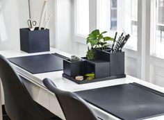 Skab flotte rene linjer på skrivebordet med SEJ Design skrivebordsunderlag og opbevarings beholdere og bakker.