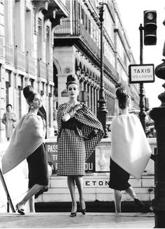 Models wearing dresses and triangular capes by Pierre Cardin, photo by Rico Puhlmann, Paris, Stern magazine, March 1962 Vintage Vogue, Vintage Dior, Moda Vintage, Vintage Glamour, Vintage Beauty, Vintage Dresses, Vintage Outfits, 1960s Dresses, Vintage Paris