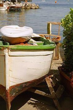 Barco amarrado en el mar, Marina Grande, Capri, Sorrento, península de Sorrento, Provincia de Nápoles, Campania, Italia