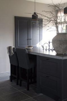 Dark kitchen cabinetry and dark stone floors Barn Kitchen, Kitchen Layout, Country Kitchen, New Kitchen, Kitchen Decor, Simple Interior, Interior Design Kitchen, Dyi Kitchen Ideas, White Home Decor