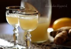 Zázvorový likér Ingrediencie      vodka - 0,5 l     zázvor - 125 g (očistený)     med - 125 g     citrón - 1 ks  Postup prípravy      Zázvor nastrúhame,  vložíme do zaváracieho pohára, pridáme med a na kolieska nakrájaný, dobre umytý citrón.     Všetko zalejeme  vodkou.     Necháme lúhovať 3 dni.     Potom tekutinu zlejeme, naplníme fľašu a šup s ňou do chladničky.     Užívame každý večer! :) Cocktail Drinks, Alcoholic Drinks, Ginger Liqueur, Russian Recipes, White Wine, Sugar Free, Smoothies, Herbs, Homemade