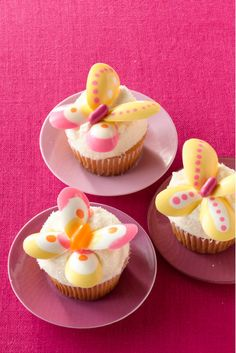 Lemon Butterfly Cakes Famed for her cake pops, Bakerella (a. Angie Dudley) whipped up these cheery cupcakes as a special treat for Woman's Day. They're full of lemony flavor and only require simple baking and kitchen tools. Easy Easter Desserts, Easy Cupcake Recipes, Easter Recipes, Dessert Recipes, Cupcake Ideas, Easter Food, Party Recipes, Dessert Ideas, Spring Cupcakes
