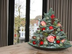Tutorial: make your own table christmas tree - Green your day you-tube Christmas Crafts, Christmas Decorations, Christmas Tree, Table Decorations, Holiday Decor, Christmas Floral Arrangements, Flower Arrangements, Xmas Flowers, Christmas Inspiration