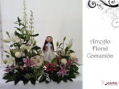 Centro Floral Comunión con rosas blancas, lilums y margaritas, bola de claveles con golosinas y Fofucha de niña comulgante